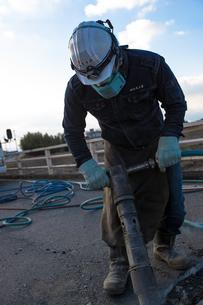 橋の工事現場で働く30代男性の写真素材 [FYI01828254]