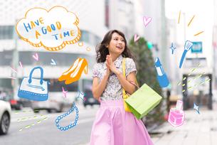 街でショッピングをする女性のイラスト素材 [FYI01828276]