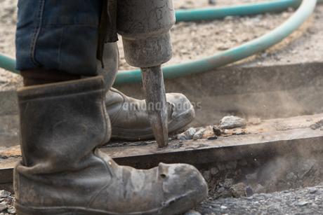 橋の工事現場で働く30代男性の写真素材 [FYI01828292]