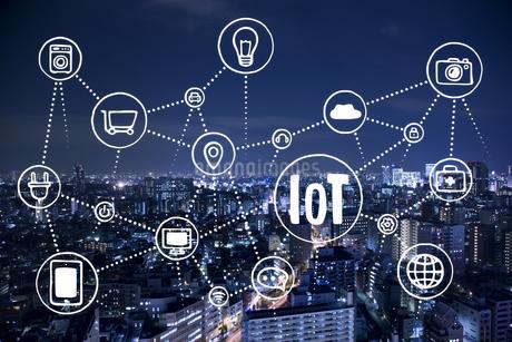 Iotが飛び交う夜の街のイラスト素材 [FYI01828294]
