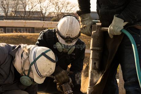 橋の工事現場で働く30代男性の写真素材 [FYI01828297]