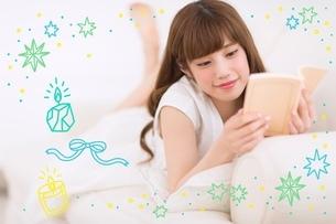横になりながら読書する女性のイラスト素材 [FYI01828301]