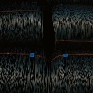 重い光沢のある金属のロープの束の写真素材 [FYI01828319]