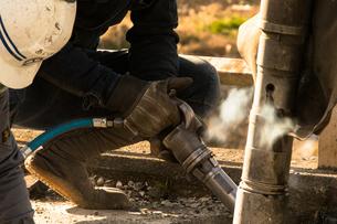 橋の工事現場で働く30代男性の写真素材 [FYI01828331]
