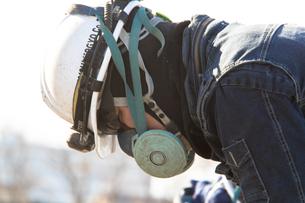 橋の工事現場で働く20代男性の写真素材 [FYI01828348]