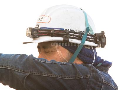 橋の工事現場で働く30代男性の写真素材 [FYI01828374]