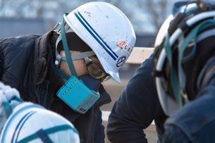橋の工事現場で働く20代男性の写真素材 [FYI01828406]