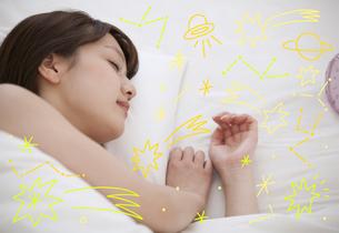 眠る女性のイラスト素材 [FYI01828422]