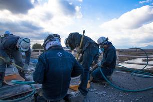 橋の工事現場で働く30代男性の写真素材 [FYI01828451]