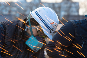 橋の工事現場で働く30代男性の写真素材 [FYI01828458]