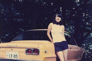 車と女性の写真素材 [FYI01828495]