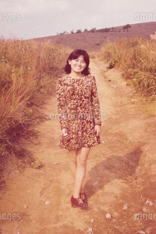 ワンピースを着た女性の写真素材 [FYI01828501]