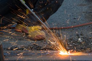 橋の工事現場で働く30代男性の写真素材 [FYI01828521]