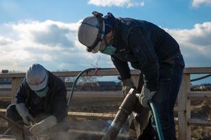 橋の工事現場で働く30代男性の写真素材 [FYI01828651]