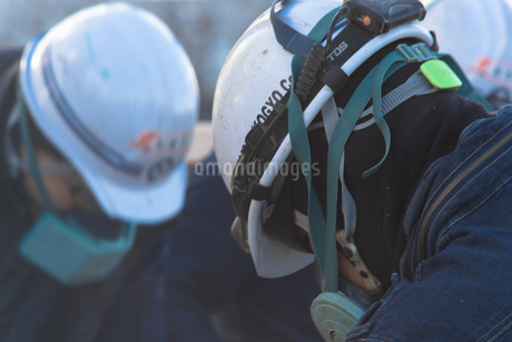 橋の工事現場で働く30代男性の写真素材 [FYI01828719]