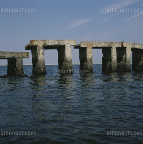 コンクリートの橋と海と空の写真素材 [FYI01828762]