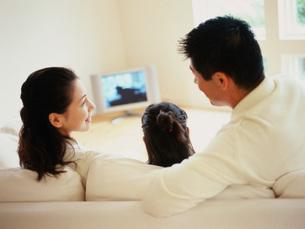 テレビを見てくつろぐ家族の写真素材 [FYI01828799]