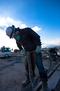 橋の工事現場で働く30代男性の写真素材 [FYI01828812]