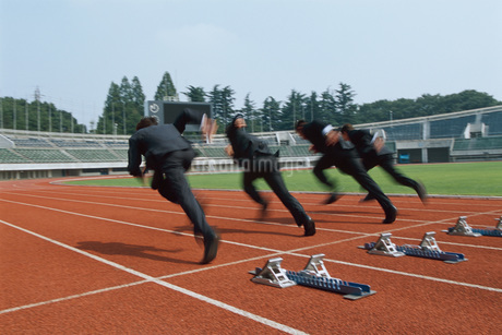 走るビジネスマンの写真素材 [FYI01828814]