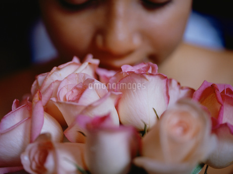花を持つ女性の写真素材 [FYI01828933]