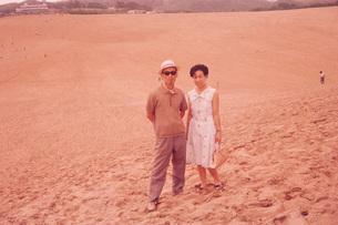 砂丘に立つ夫婦の写真素材 [FYI01828944]