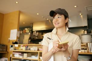 カフェで注文をとっている女性の写真素材 [FYI01829294]