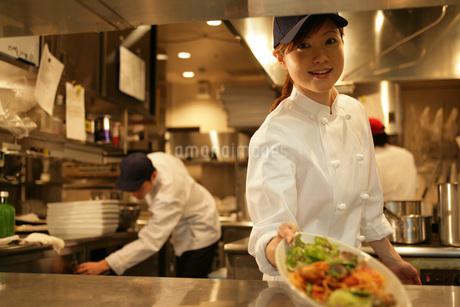 レストランの厨房で働く女性の写真素材 [FYI01829299]