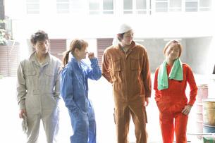 自動車整備工場で働く人たちの写真素材 [FYI01829330]