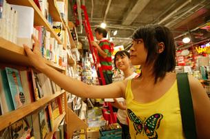 買い物をする女性の写真素材 [FYI01829342]