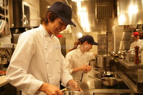 レストランの厨房で働く人たちの写真素材 [FYI01829387]