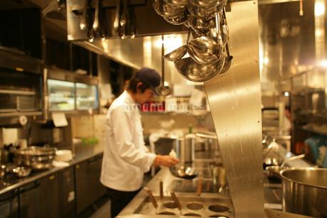 レストランの厨房で調理をしている男性の写真素材 [FYI01829434]