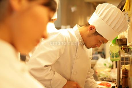 レストランの厨房で料理をする男性の写真素材 [FYI01829493]