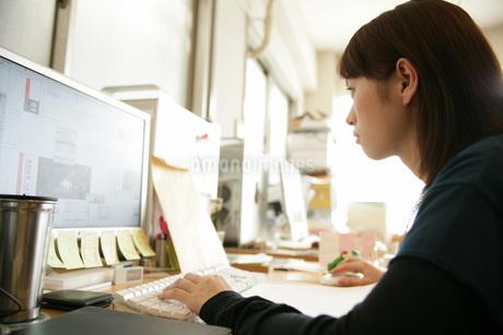 パソコンに向かう女性の写真素材 [FYI01829504]