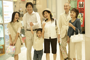 デパートと家族の写真素材 [FYI01829633]