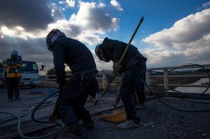 橋の工事現場で働く30代男性の写真素材 [FYI01829684]