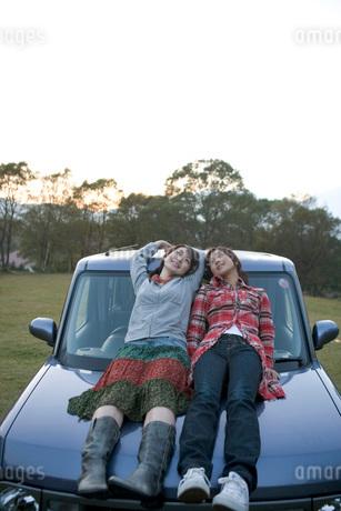車に寄りかかる女性二人の写真素材 [FYI01829736]