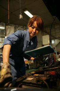 自動車整備工場で働く女性の写真素材 [FYI01829801]