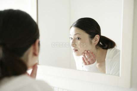 鏡を見る女性の写真素材 [FYI01829937]