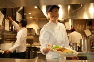 レストランの厨房で働く女性の写真素材 [FYI01829951]