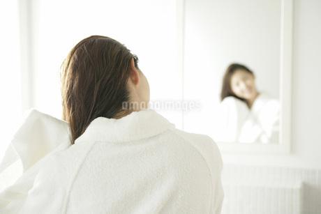 髪を乾かす女性の写真素材 [FYI01829968]