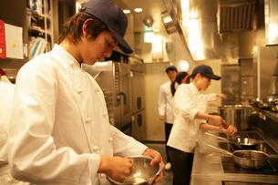 レストランの厨房で働く人たちの写真素材 [FYI01830001]