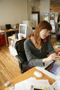 仕事をしている女性の写真素材 [FYI01830026]