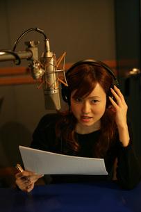 スタジオでレコーディングしている女性の写真素材 [FYI01830097]