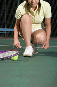 テニスをする女性の写真素材 [FYI01830102]