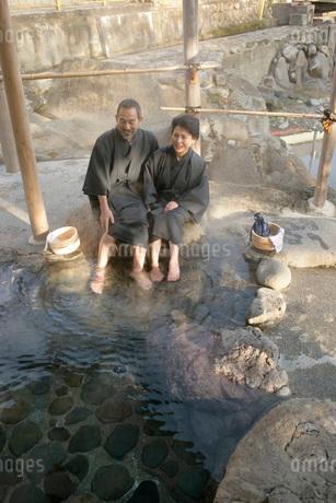 足湯に入るシニアカップルの写真素材 [FYI01830628]