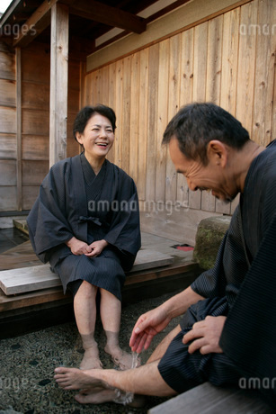足湯に入る夫婦の写真素材 [FYI01830890]