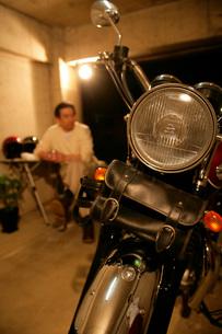 ガレージのバイクの写真素材 [FYI01831180]