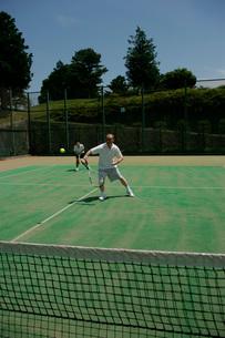 テニスをするカップルの写真素材 [FYI01831205]