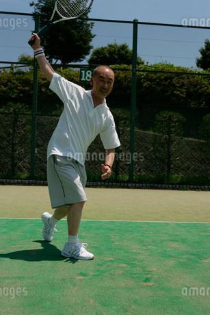 テニスをする男性の写真素材 [FYI01831272]