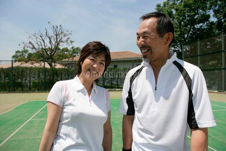 テニスをするカップルの写真素材 [FYI01831306]